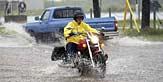 Каране на мотоцииклет на вятър и дъжд