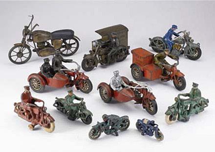 Колекция от играчки на стари мотоциклети се продава за $15,000