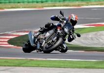 Мощ и скорост в 2011 Aprilia Tuono V4