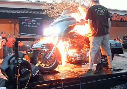 Моторист фламбе – Harley в пламъци на дайно тест
