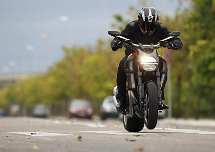 Реклама, която хваща окото! Ducati Diavel