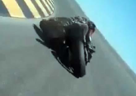До докоснеш асфалта с каска