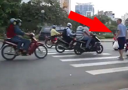 Как пешеходците пресичат ад от мотори