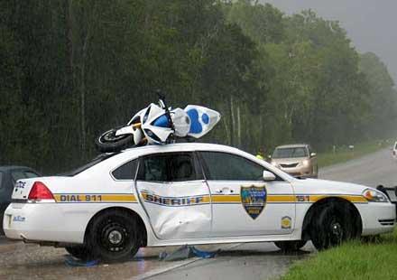 """Да си """"паркираш"""" мотора върху полицейски автомобил"""