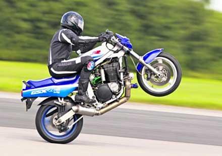 Suzuki GSX-R1100 от 1989 г. печели шампионат по каране на задна гума