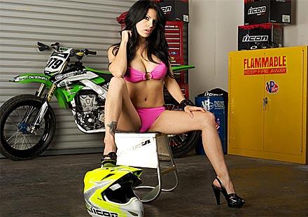 Секси байкърки – Мики и Kawasaki KX450F
