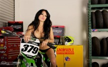 Секси байкърки - Мики и Kawasaki KX450F 07