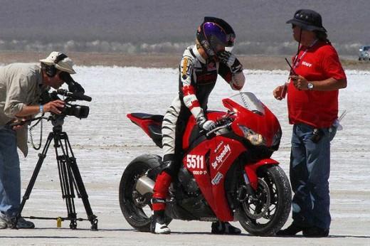 Жена счупи световен рекорд за скорост за фабричен мотор - 320км/ч 01