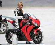 Жена счупи световен рекорд за скорост за фабричен мотор - 320км/ч 02