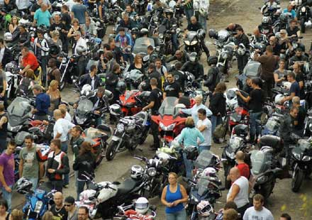 Френските мотористи продължават да стачкуват