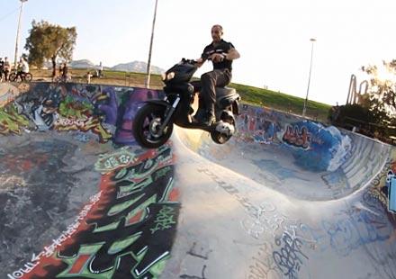 Скутер на скейтбордна рампа