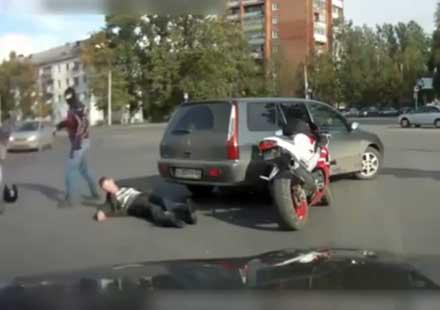 Бесен моторист пребива шофьор на кола
