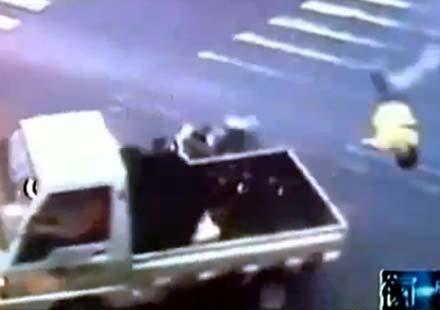 Моторист-ниджа срещу камионетка
