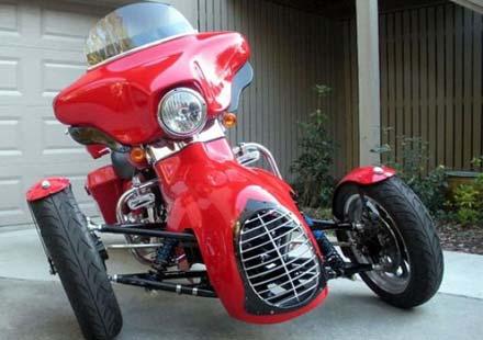 Harley-Davidson трайк, който ляга в завои