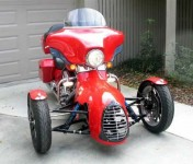 Harley-Davidson трайк, който ляга в завои 08