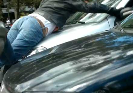 Бясна жена-шофьор се опитва да убие моторист