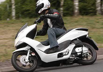 Honda обновява най-успешния си скутер – PCX125