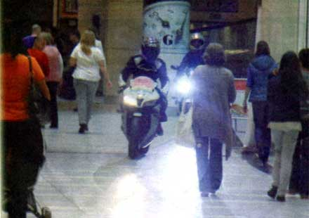 Луди нахлуха с мотори в столичен мол