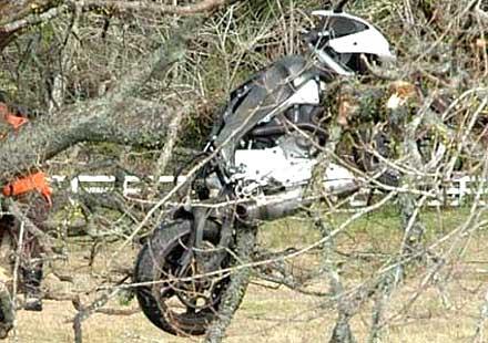 Кацнал на едно дърво с мотор