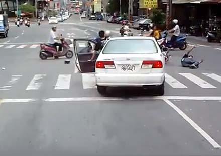В Тайван: Шофьор блъска 4 скутера и изчезва (видео)