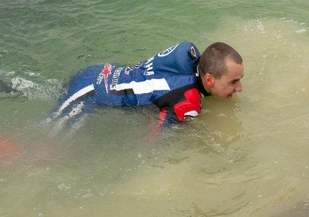 Смях: Бързо къпане на моторист в двивение (видео)