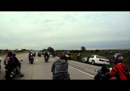 Луд екшън: Полицаи блокират десетки мотористи (видео)