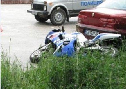 """Мотоциклетист с опасност за живота след удар в """"Голф"""""""