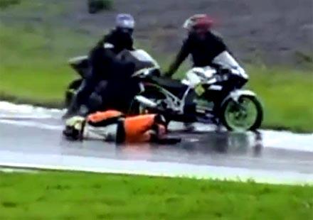 Смях: Мотоциклетист имитира тежка контузия, просва се на пистата (видео)