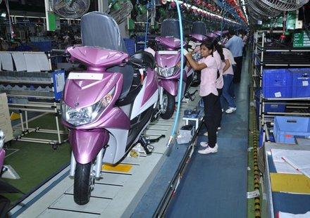 Само жени сглобяват скутери Yamaha