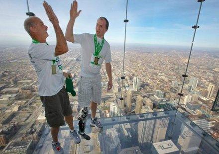 Мъж след инцидент с мотор изкачи 103 етажа с мисъл