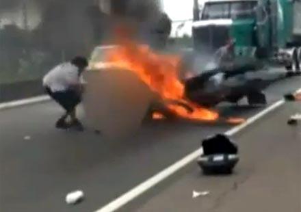 Ужас! Моторист за малко да изгори жив под горящ мотоциклет, случайни минувачи го спасяват