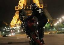 Нощен стънт из красивите улици на Париж