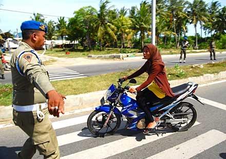 Нови правила за позата на жените върху мотоциклет