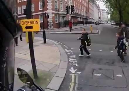 Моторист плаши хора с ауспух (видео)