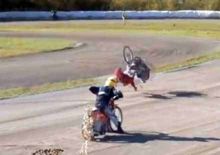 Мотоциклетист избързва на старта и се пребива (видео)