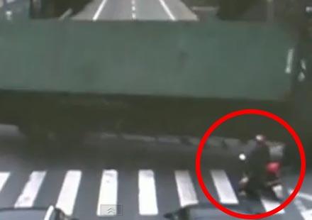 Големият камион и щастливият моторист (Видео)