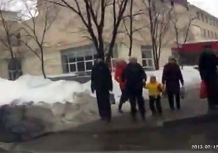 Пешеходци с уникален късмет на тротоар в Русия (видео)