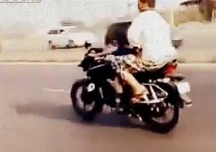 4-годишно момиче кара мотор в града (видео)