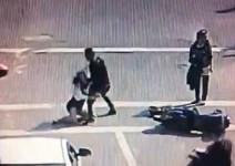 Гамен: Младеж бие девойка с къса пола след инцидент с мотопеди (видео)