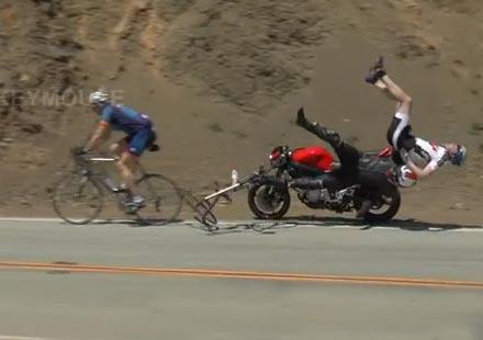 Мотоциклетист помита двама велосипедисти (видео)