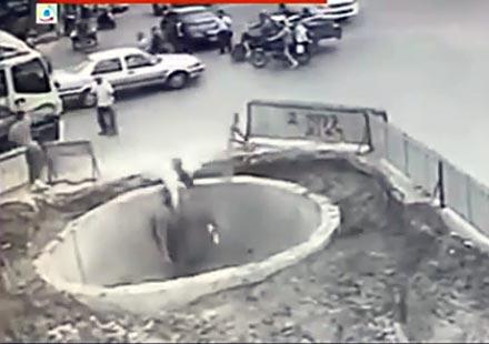 Откачил азиатец със скутер пада в огромна дупка (видео)