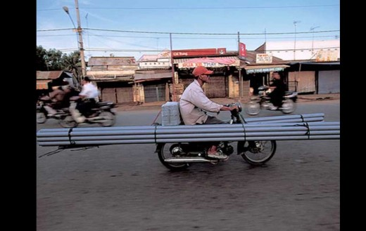 Моторист носещ стълба на мотора си причини 3 катастрофи 01