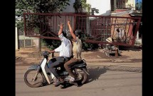 Моторист носещ стълба на мотора си причини 3 катастрофи 08