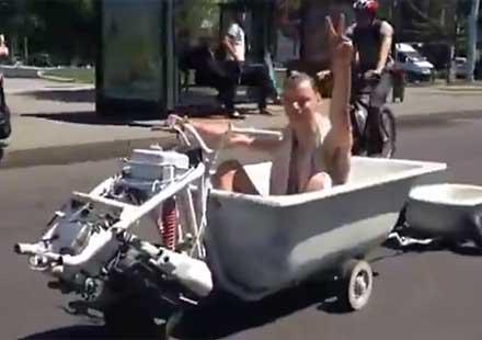 Изтрещял от жегата: Млад мъж подкара мото-вана (видео)