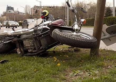 Моторист остана без крак след удар в крайпътен знак