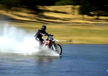 Възможно ли е да карате мотоциклет във водата (ВИДЕО)
