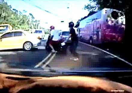 Вижте какви ги върши един психо таксиджия (видео)