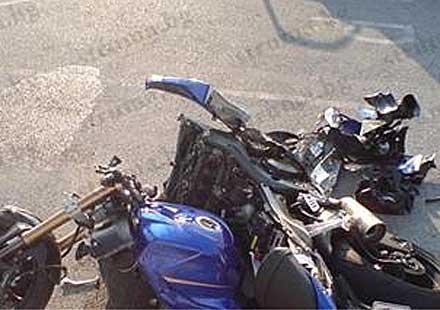 Мотор се заби в кола с бясна скорост и се пречупи на две
