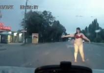 Гола дебелана се опитва да спре кола (видео)