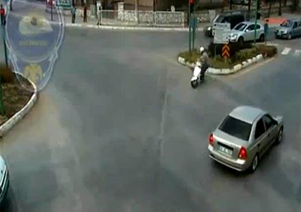 Моторист се забива челно в пътен знак (видео)